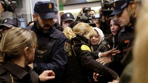 VILLE TILSTANDER: Greta Thunberg måtte eksporteres av politiet for å komme forbi pressekorpset.
