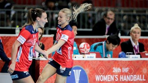 SER IKKE VERDIEN: Norge-profilen Marta Tomac (venstre) ser ikke den sportslige verdien av å skulle utvide VM. Samtidig er kaptein Stine Bredal Oftedal (høyre) storfornøyd med at de kommer flere hviledager i neste VM.