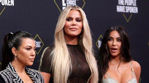 DÅRLIG STEMING: Kim og Khloé Kardashian mener at søsteren Kourtney Kardashian ikke bidrar nok til familiens TV-serie. Nå truer de henne med sparken.