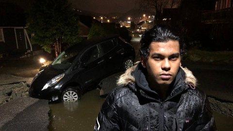ULYKKE: Iqram Razalis bil havnet i et synkehull i Bjørkeveien tirsdag kveld.