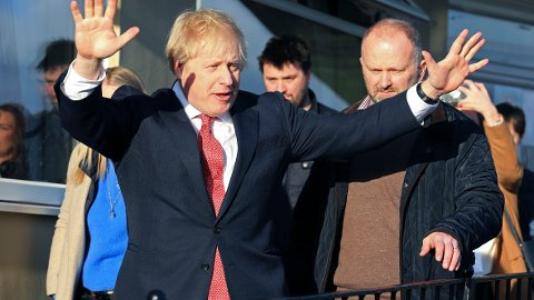 Statsminister Boris Johnson var lørdag på besøk i Sedgefield i nordøst-England der han møtte noen av sine ferske folkevalgte og andre tilhengere. Her lovte han at Parlamentet skal stemme over brexitavtalen hans før jul. Foto: AP / NTB scanpix