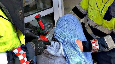 En mann måtte lørdag hjelpes ut av en bøylelås han hadde sovet med rundt halsen.