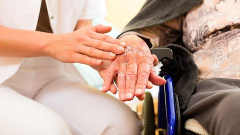 PLEIEPENGER: Flere får betalt for å ta vare på sine eldre.