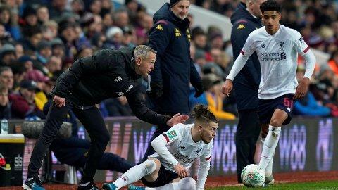 GOD: Harvey Elliott (liggende) spilte en god kamp da Liverpool tapte 0-4 mot Aston Villa i ligacupen.