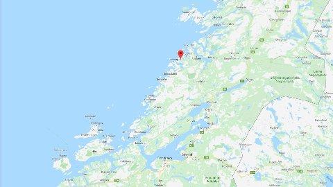 En person er hardt skadd etter at et vogntog kjørte i en fjellvegg i Flatanger i Trøndelag.
