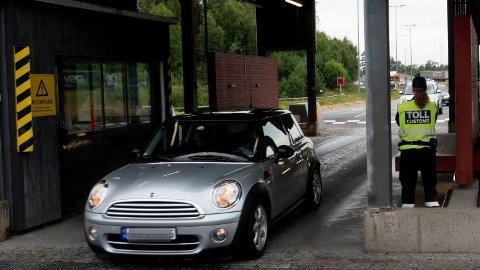 FORVENT KØ: Mye trafikk og kontrollvirksomhet ved grensen, kan fort føre til lange køer på inn og ut av Norge. Det gjelder spesielt ved Norges mest trafikkerte grenseovergang: Svinesund.