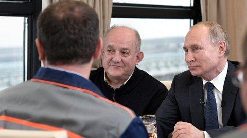 NY BRO: Russlands president Vladimir Putin (t.h.) fikk seg en tur med toget over jernbanebroen han åpnet mandag.