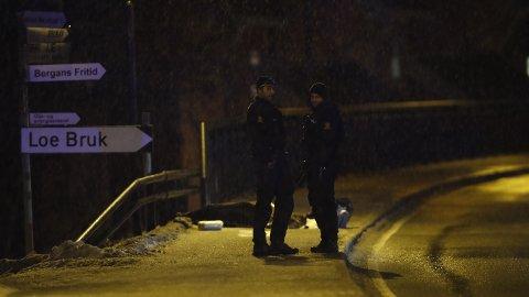 Mannen ble funnet av det politiet ser på som tilfeldig forbipasserende ved en trafikkert vei ved Loe Bruk i Hokksund. Foto: Terje Bendiksby / NTB scanpix