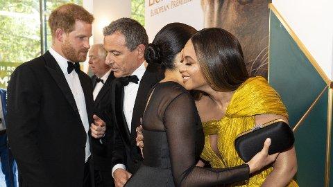 GÅR VIRALT: Dette bilde går viralt etter at det ble kjent at hertuginne Meghan har inngått et samarbeid med Disney. Bilde er tatt i juli 2019 da prins Harry og hertuginne Meghan dukket opp på verdenspremieren av Disney-filmen Løvenes Konge. Her hilser hertuginne Meghan på popsangeren Beyoncé og prins Harry snakker med filmmogulen Bob Iger.