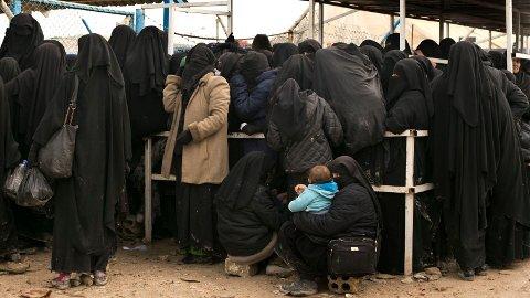 PÅ VEI HJEM: IS-kvinner står i kø i al-Hol-leiren i Syria, og en norsk kvinne skal være på vei tilbake til Norge.
