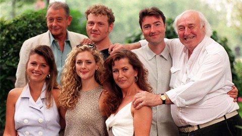 Skuespiller Derek Fowlds (øverst til venstre) er død, melder britiske medier. Her sammen med flere av skuespillerne i serien «Heartbeat».