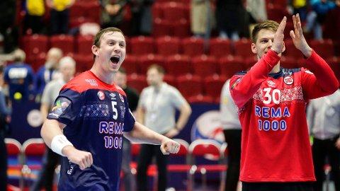 Sander Sagosen og Torbjørn Bergerud har levert varene for Norge i håndball-EM. Her jubler duoen etter søndagens seier mot Sverige.
