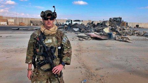 En amerikansk soldat holder vakt foran ett av stedene som ble truffet av iranske missiler på Ain al-Asad-basen i Irak. Det var fra denne basen USA sendte dronen som drepte den iranske generalen Qasem Soleimani, og det er her rundt 70 norske soldater er stasjonert. Foto: AP / NTB scanpix