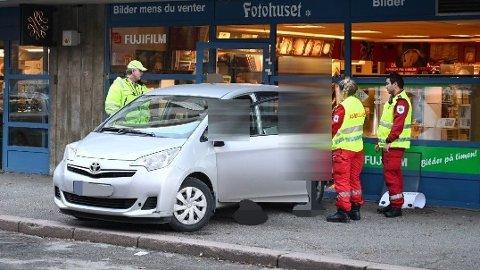 IKKE HELT ETTER PLANEN: Bilen rygget rett inn i Fotohuset.