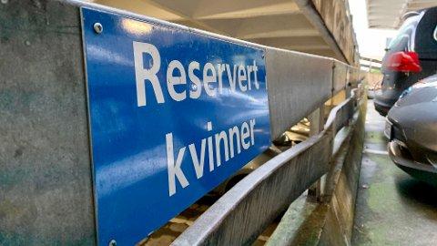 KVINNEPARKERING: I parkeringshuset P-Posten i Stavanger henger fire skilt med «reservert kvinner» nærme inngangspartiet.