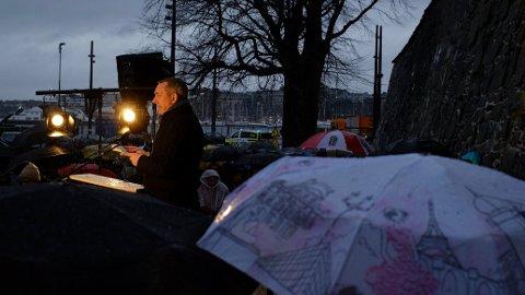 HOLDT TALE: Forsvarsminister Frank Bakke-Jensen holdt tale på vegne av regjeringen under markeringen på Akershuskaia i Oslo, på dagen 75 år etter frigjøringen av Auschwitz-Birkenau.