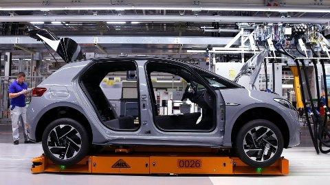 ELBILER: Vi kan kutte nærmere 11,8 millioner tonn CO2 dersom flere velger elbil, ifølge Miljødirektoratet. Nye Volkswagen ID.3 er en av bilene som vil gi ny fart i elbilsalget, som spås å utgjøre over halvparten av alle bilsalg i 2020.