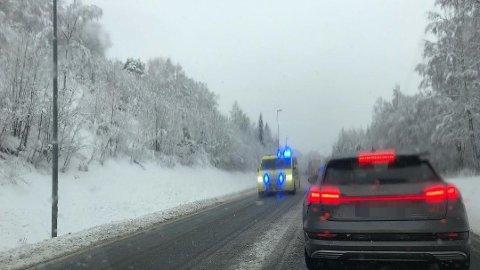 LANGE KØER: I 12.30-tida står trafikken cirka 500 meter sør for Mjøsbrua.