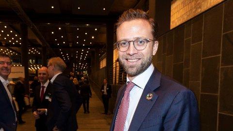 Kommunal- og moderniseringsminister Nikolai Astrup har planene klare for å få flere som av ulike årsaker har falt utenfor arbeidslivet i arbeid. Her er han avbildet i forbindelse medNHOs årskonferanse i Oslo Spektrum tidligere i år.