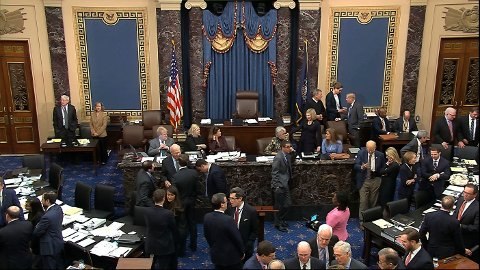 Bilde fra salen i Senatet i USA der Demokratene fredag ikke fikk medhold i kravet om å føre flere vitner i riksrettssaken mot president Donald Trump. Nå er det ventet at en avgjørelse av hele saken vil finne sted onsdag neste uke. Foto: Senate Television/ AP/ NTB scanpix