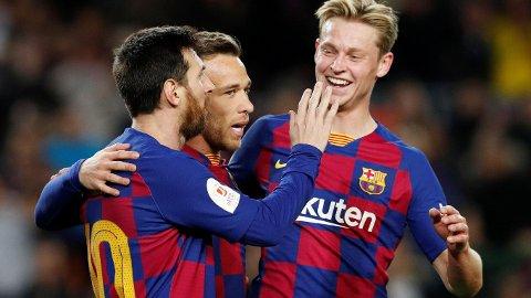 Lionel Messi, Arthur og Frenkie de Jong jubler etter at Arthur har gitt Barcelona ledelsen 4-0 i torsdagens åttedelsfinale i Copa del Rey hjemme mot Leganes.