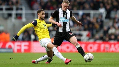 Marcus Browne og Oxford holdt Newcastle til 0-0 i 4. runde kampen på St James Park for ti dager siden. Tirsdag er det omkamp på The Kassam Stadium i Oxford. Her ser vi Browne i duell med Newcastle's Sean Longstaff i det første oppgjøret.
