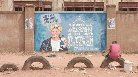 Erna Solberg pryder en vegg i Uganda. Fra kampanjen til FORUT - «Oljefondet har et alkoholproblem».