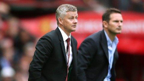 Manchester Uniteds Ole Gunnar Solskjær og Chelseas manager Frank Lampard følger nøye med.