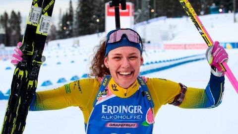 Hanna Öberg jubler etter VM-gullet på normaldistansen under VM Skiskyting i Östersund i fjor. Foto: Lise Åserud / NTB scanpix