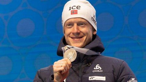 Johannes Thingnes Bø mangler individuelt gull i VM. Her med sølvmedaljen etter onsdagens 20 km.