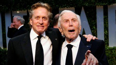 FÅR INGENTING: Michael Douglas får ingenting etter sin avdøde far, Kirk Douglas. Her sammen under Vanity Fair sin Oscar-fest i 2009.