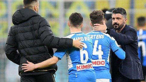 Gennaro Gattuso gratulerer Dries Mertens og Mario Rui etter den meget sterke 1-0 seieren borte mot Inter i den første semifinalen i Coppa Italia.