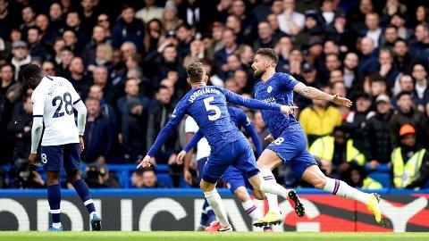 Olivier Giroud feirer etter at ha ga Chelsea ledelsen 1-0 i lørdagens hjemmekamp mot Tottenham. Lagkamerat Jorginho til venstre.