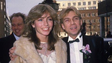 KJENDISBRYLLUP: Anita Skorgan og Jahn Teigen ble viet i Oslo Rådhus 17. februar 1984. Her paret sammen, - og i bakgrunnen en av forloverne, Herodes Falsk.