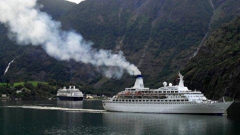Cruisekommuner ønsker nasjonale retningslinjer for håndtering av koronasmittede passasjerer. Her er cruiseskipet Discovery i Flåm i Aurland kommune. Arkivfoto: Marit Hommedal / NTB scanpix