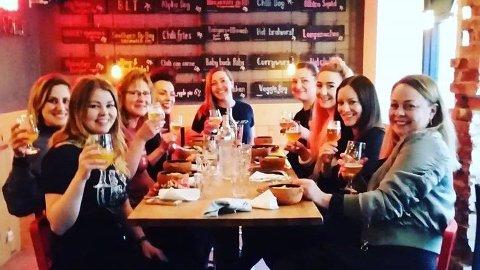 Et knippe ølglade damer samlet under fjorårets Humlepupp-festival.