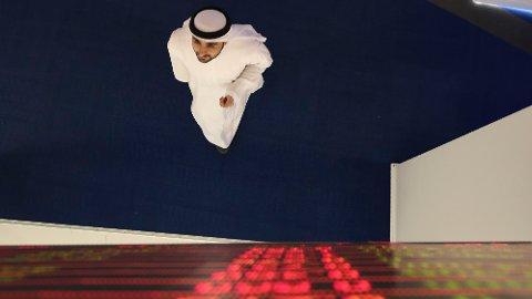 En trader følger med på utviklingen i aksjemarkedet etter brudd i forhandlingene mellom Russland og OPEC.