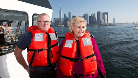 PÅ MED REDNINGSVESTER: Statsminister Erna Solberg var i fjor høst i New York med konsernsjef Eldar Sætre i Equinor.