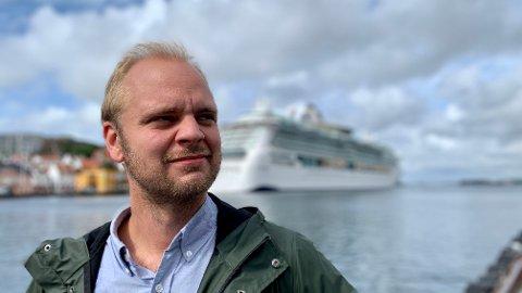 KREVER HANDLING: Rødt-politiker Mímir Kristjánsson mener det ikke gir mening at arrangementer med flere enn 500 deltakere stenges av kommunene, samtidig som tusenvis av cruisepassasjerer får legge til kai.