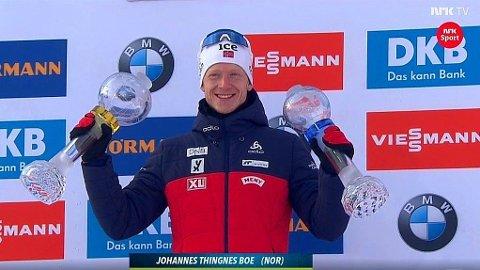 SEIERSGLIS: Det ble mer spennende enn nødvendig, men Johannes Thingnes Bø gjorde nok til å sikre seg triumfen i verdenscupen totalt. Her har han også mottatt trofeet for Norges seier i stafettcupen.