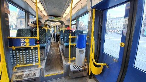 INGEN KONTROLL: I stedet for å sjekke billetter, skal kontrollørene sørge for god hygiene om bord.