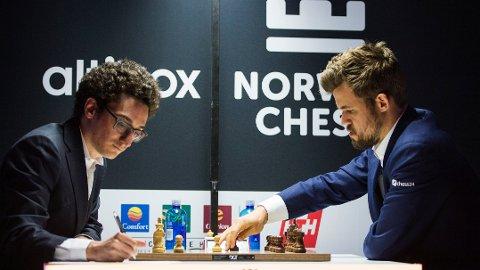 Fabiano Caruana er fortsatt favoritt til å vinne kandidatturneringen i Jekaterinburg og få møte Magnus Carlsen til tittelkamp i desember. Her ser vi Caruana i kamp mot Magnus Carlsen under Norway Chess-turneringen i 2019.