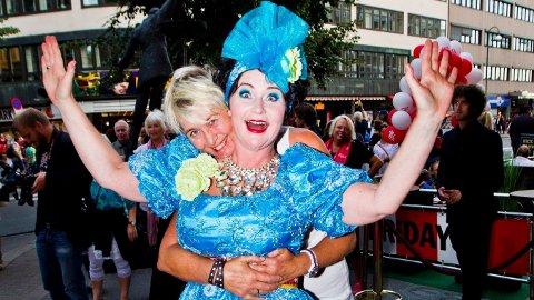 HJEMME IGJEN: I over ett år har komiker Christine Koht blitt behadlet for en uhelbredelig form for kreft. Noe lettere ble det ikke da kona Pernille Rygg også ble alvorlig syk ogmåtte på sykehus. Nå er Christine Koht endelig hjemme.