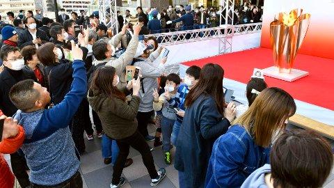 OL-FLAMMEN: Tusenvis hadde møtt opp for å se OL-flammen, selv om Japan også er rammet av koronaviruset.