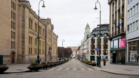 Koronaviruset setter sitt tydelige preg på Norge med en nærmest folketom Karl Johans gate i Oslo.