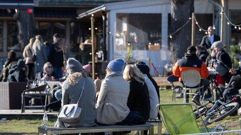 TIDLIG UTE: Uteserveringen har startet en drøy uke før normalen i Stockholm og Goteborg. Myndighetene gjør dette for å hjelpe restaurantbransjen i en tid med tapt omsetning på grunn av koronavirus-utbruddet. Bildet er tatt ved en uteservering i Djurgården i Stockholm 22. mars.