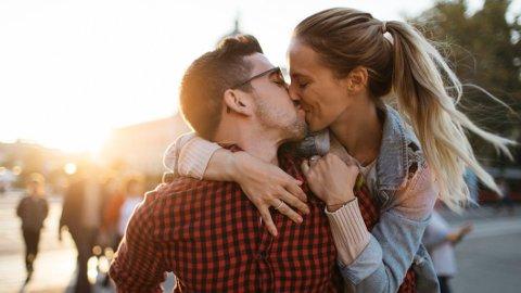 Verdens fremste eksperter på kjærlighet har laget en liste med åtte samtaler som kan lede til livslang kjærlighet.