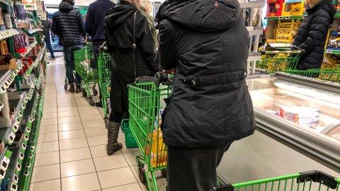 Oslo 20200312. Mange forretninger har opplever hamstring av tørrfôr, dopapir og matvarer med lang holdbarhet. Tomme hyller på Kiwi. Foto: Lise Åserud / NTB scanpix