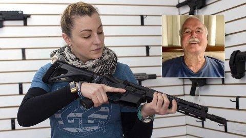 Komikeren John Cleese gjør narr av våpengale amerikanere. Her viser Tiffany Teasdale, eieren av Lynnwood Gun i staten Washington frem en Daniel Defense DD5 semi-automatisk rifle 2. april i år. Foto: