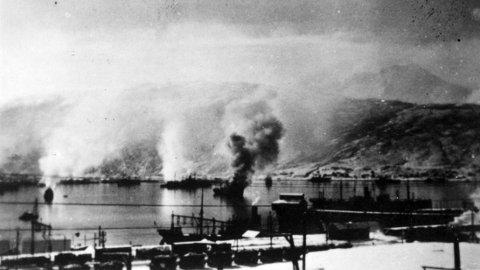 Tyske skip i flammer i havnen i Narvik 1940.